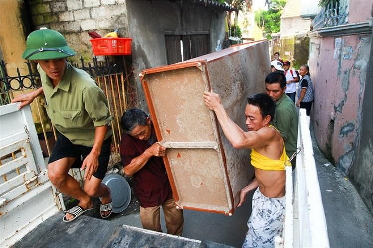 Gia đình ông Đỗ Xuân Trường hối hả di chuyển đồ đạc khỏi nơi cư trú, nhà ông Trường ngay sát nhà ông Thành và cũng xuất hiện nhiều vết sụt lún. (Ảnh: Tuổi trẻ)