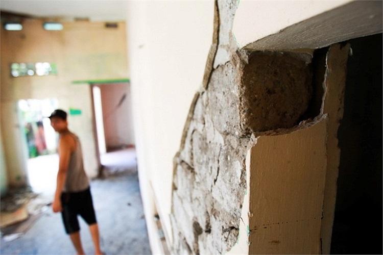 Cách nhà ông Thành không xa, một vết nứt lớn xuất hiện tại nhà của ông Nguyễn Trung Kiên. (Ảnh: Tuổi trẻ)