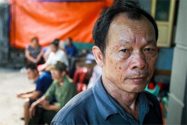 Khuôn mặt rầu rĩ của ông Bùi Bá Thành, vụ sụt lún đã khiến con gái ông bị thương và nhiều vật dụng có giá trị trong gia đình bị chôn vùi. (Ảnh: Tuổi trẻ)