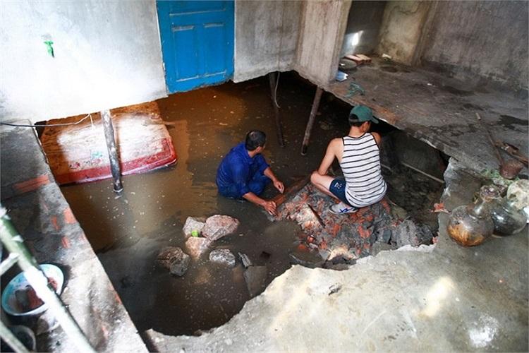 Hố sụt lún sâu 3m và rộng hơn 7m nằm giữa ngôi nhà. (Ảnh: Tuổi trẻ)