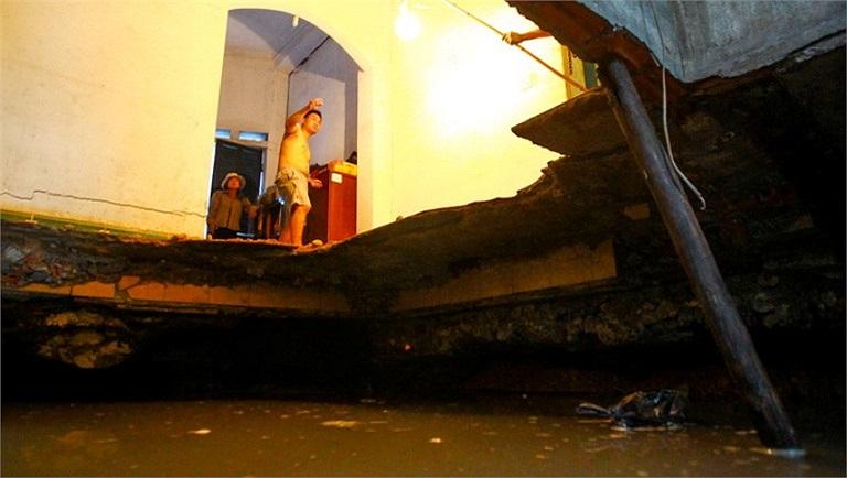 Cận cảnh hố tử thần tại nhà ông Bùi Bá Thành  (tổ 50, khu Hải Sơn 1, TP Cẩm Phả, Quảng Ninh). (Ảnh: Tuổi trẻ)