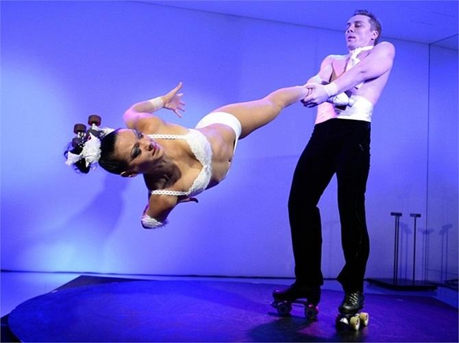 Hai nghệ sĩ Nga Kristina Prokopyuk (trái) và Ivan Prokopyuk biểu diễn tài năng trước buổi họp báo ở Tokyo, Nhật Bản