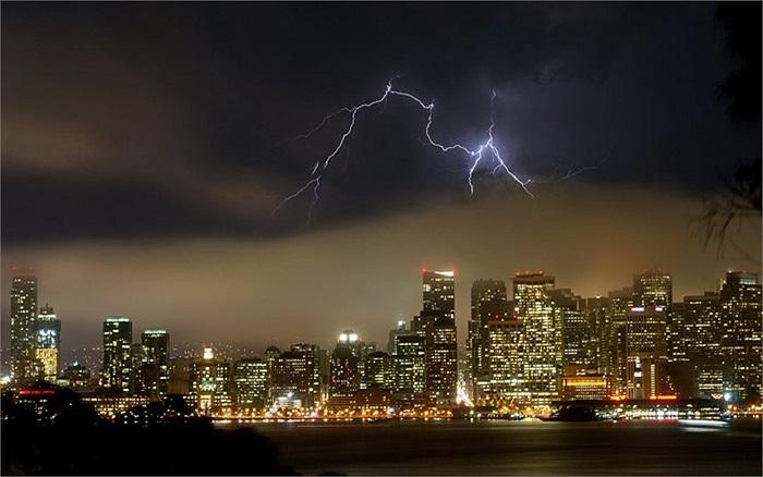 Sét tỏa sáng trên bầu trời thành phố San Francisco, Mỹ