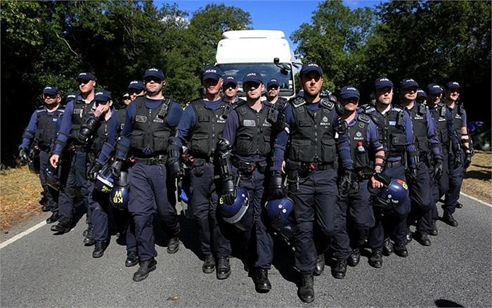 Nhân viên cảnh sát hộ tống xe tải vào khu vực thăm dò Cuadrilla ở Balcombe, Tây Sussex, Anh khi làn sóng biểu tình đang dâng cao