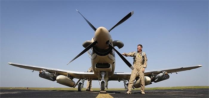 Phi công lái thử nghiệm máy bay Beechcraft AT-6 trước giờ cất cánh
