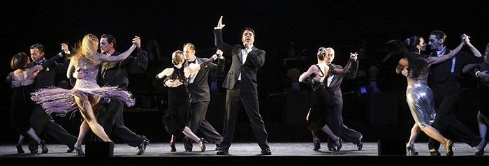Nghệ sĩ Luis Fonsi trình bày bản Forever Tango trong nhà hát Walter Kerr ở New York, Mỹ