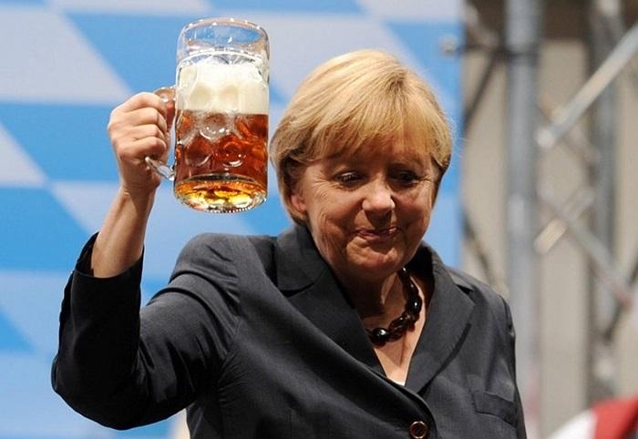 Thủ tướng Angela Merkel với cốc bia đầy trong một sự kiện chuẩn bị cho chiến dịch tranh cử tại Dachau, Đức