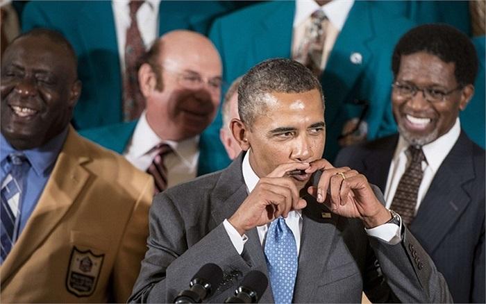 Tổng thống Mỹ Obama có cử chỉ hài hước khi nói chuyện về bộ râu những năm 70 trong Phòng Đông của Nhà Trắng ở Washington. DC, Mỹ