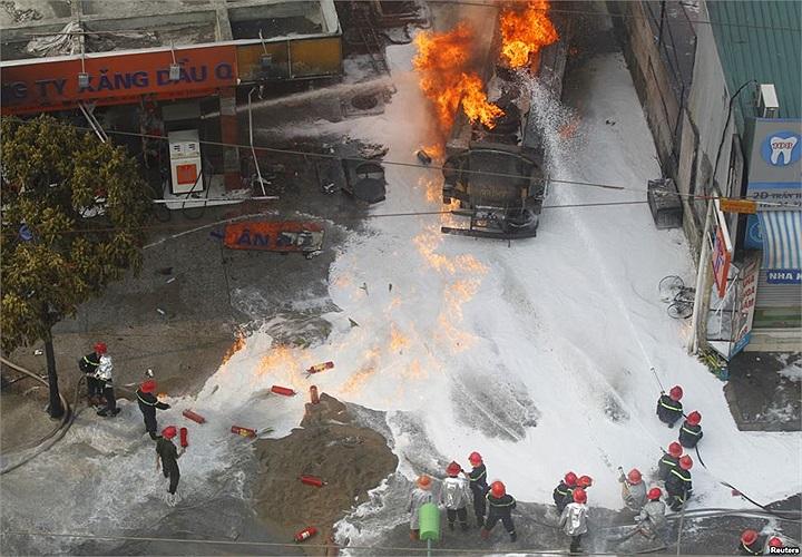 Lính cứu hỏa khống chế đám cháy trạm xăng ở đường Trần Hưng Đạo, Hoàn Kiếm, Hà Nội, Việt Nam