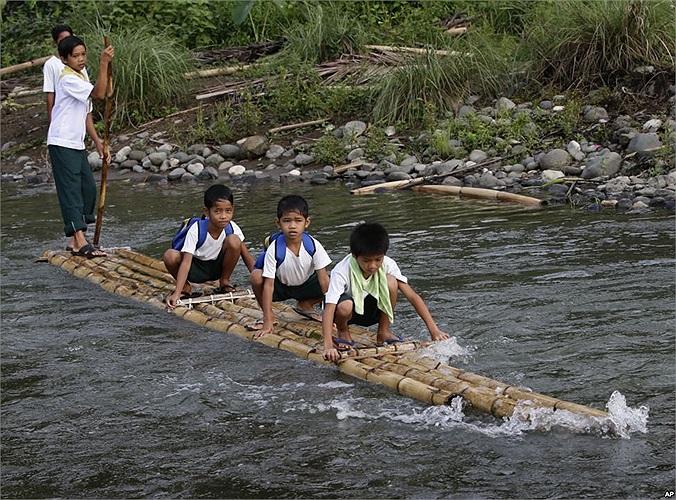 Học sinh tiểu học đi bè tre đến ngày tựu trường khóa 2013-2014 ở Manila, Philippines
