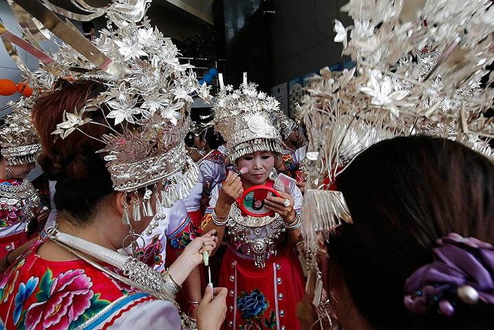 Diễn viên mặc trang phục truyền thống trang điểm trước khi biểu diễn ở Bắc Kinh, Trung Quốc