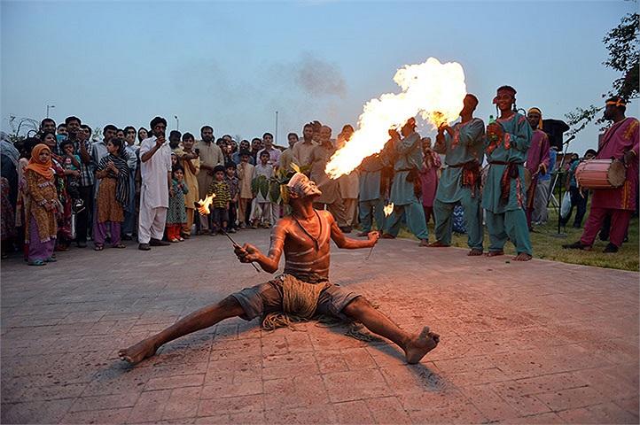 Một người đàn ông thở ra lửa ở  Islamabad, Pakistan