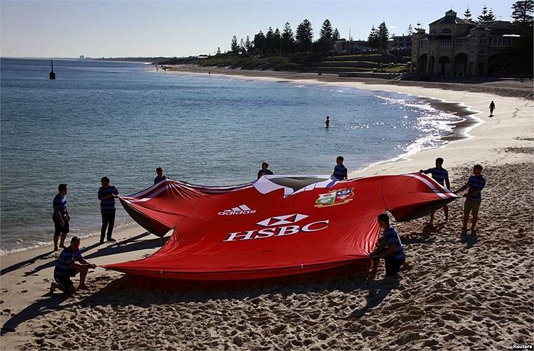Chiếc áo khổng lồ của đội bóng British and Irish Lions trên bãi biển Cottesloe ở  Perth, Australia