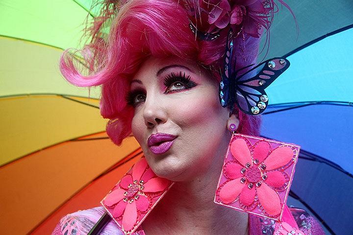 Một người trang điểm sặc sỡ trong Lễ diễu hành của người đồng tính lần thứ 17 ở Sao Paulo, Brazil