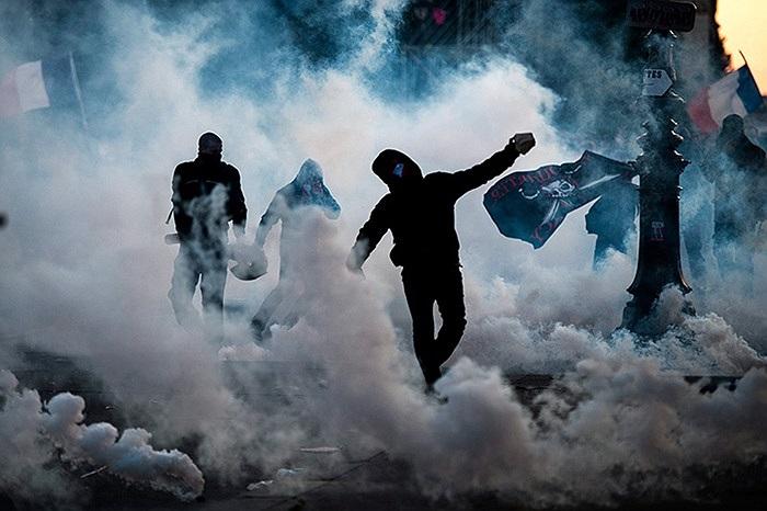 Người biểu tình ném đá sỏi vào cảnh sát trong cuộc biểu tình phản đối hôn nhân đồng tính ở Paris, Pháp