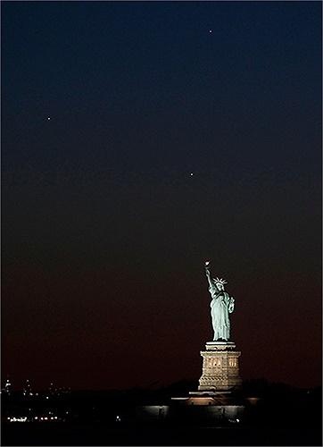 Tượng Nữ thần tự do trong đêm ở New York, Mỹ