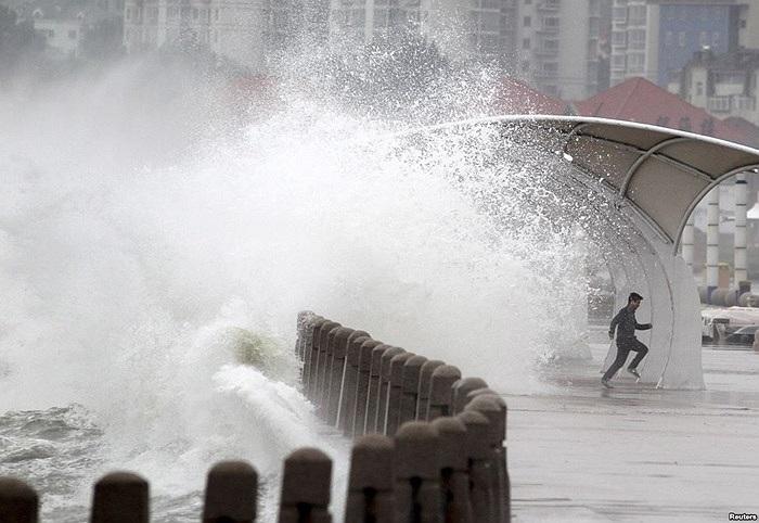 Một người đàn ông chạy qua rào cản bờ biển ở Yên Đài, Sơn Đông, Trung Quốc