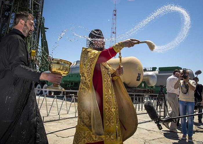 Một linh mục ban phước lành cho các phóng viên ở Kazakhstan