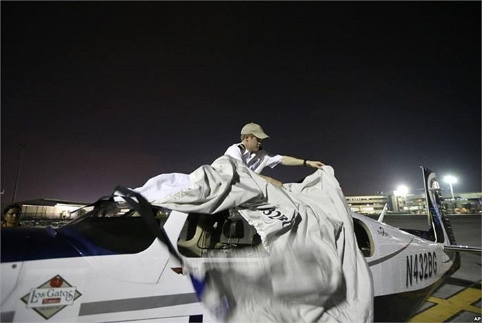 Anh Jack Wiegand người California đang che chiếc máy bay Mooney 20 chạy động cơ đơn khi anh từ Thái Lan tới Philippines