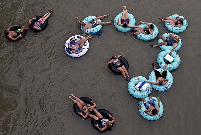 Những chiếc phao nổi trên sông Comal ở New Braunfels, Texas, Mỹ