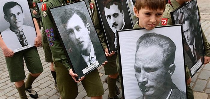 Những em nhỏ mang ảnh cựu binh Ukraine trong lễ diễu hành ở Lviv, Ukraine