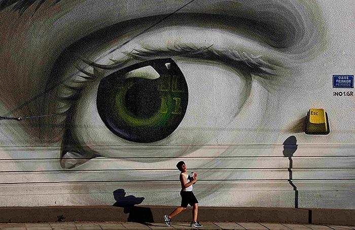 Một cậu bé đi trong khu phố Tavros ở Athens, Hy Lạp