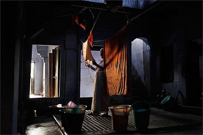 Một góa phụ phơi quần áo trong căn phòng nhỏ cô độc của mình ở Varanasi, Ấn Độ