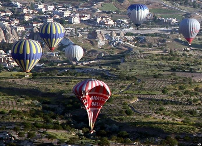 Khinh khi cầu rơi xuống mặt đất sau khi va chạm khinh khí cầu khác ở Cappadocia, Thổ Nhĩ Kỳ