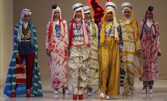 Người mẫu trong trang phục của nhà thiết kế Dian Pelangi tại lễ hội Thời trang và Ẩm thực ở Jakarta, Indonesia