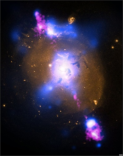 Hình ảnh mô tả một thiên hạ bị lỗ đen tấn công ngoài không gian
