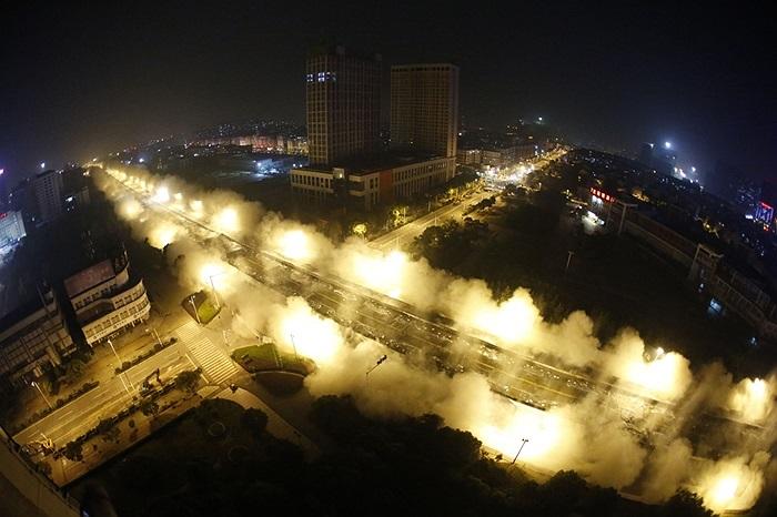 Bụi bốc lên sau một vụ nổ đánh sập công trình của nhà chức trách ở Vũ Hán, tỉnh Hồ Bắc, Trung Quốc