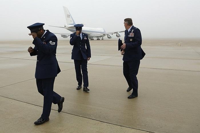 Các nhân viên hàng không bên cạnh Chuyên cơ số 1 của Tổng thống Obama khi nó cất cánh