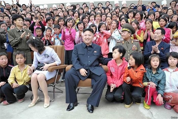 Lãnh đạo Bắc Triều Tiên Kim Jong-un và phu nhân Ri Sol-ju đến thăm một trại thiếu niên, nằm dưới chân núi Myohyang, tỉnh Bắc Phyongan