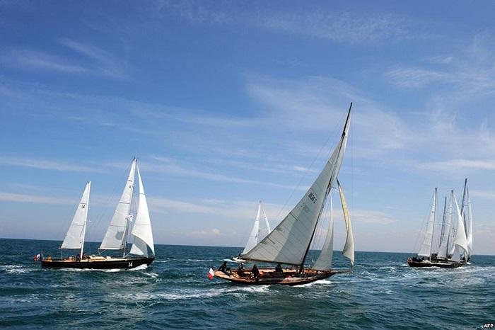 Các thuyền buồm tham gia cuộc đua rời khỏi cảng Saint-Quay-Portrieux, miền tây nước Pháp