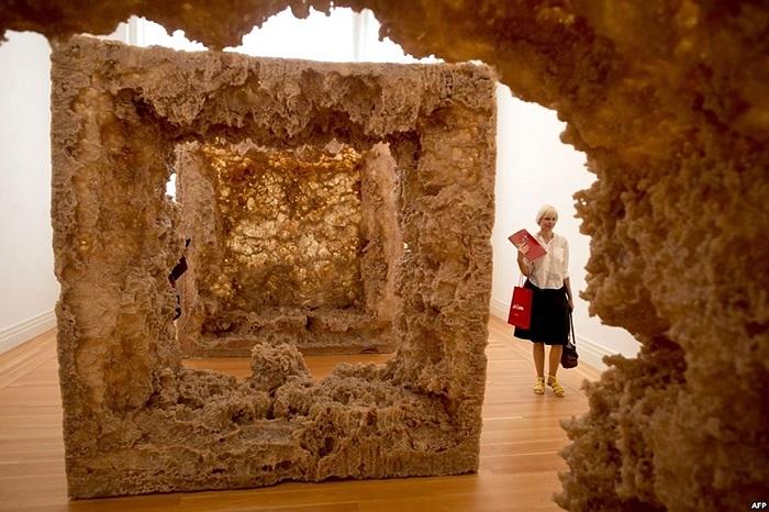 Tác phẩm nghệ thuật sắp đặt 'Resin' tại viện bảo tàng Martin Gropius Bau ở Berlin, Đức.
