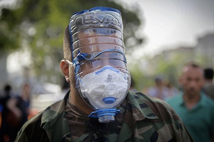 Người đàn ông mang mặt nạ chống hơi cay trông không khác dị nhân trong điện ảnh Hollywood trên đường phố Istanbul.