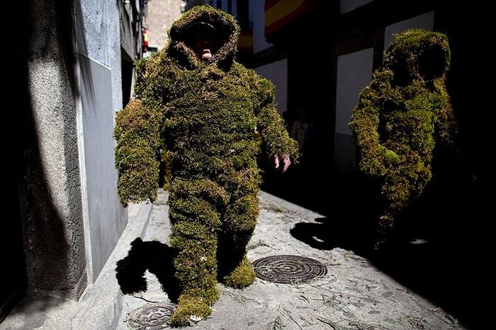 Những người đàn ông hóa trang trong trang phục làm từ cỏ cây tại Bejar, Tây Ban Nha