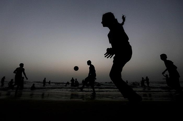 Trẻ em Palestin chơi bóng bên bờ biển ở dài Gaza