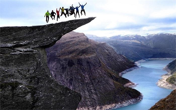 Nhóm du khách nhảy tung người trên mỏm núi đá cheo leo