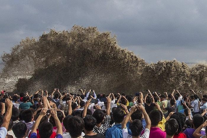 Người dân chụp ảnh sóng thần được tạo ra bởi siêu bão Usagi tại Chiết Giang, Hàng Châu, Trung Quốc