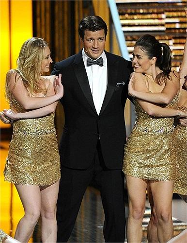 Diễn viên điển trai Nathan Fillion biểu diễn cùng hai vũ công trên sân khấu lễ trao giải Emmy tại nhà hát Nokia, Los Angeles