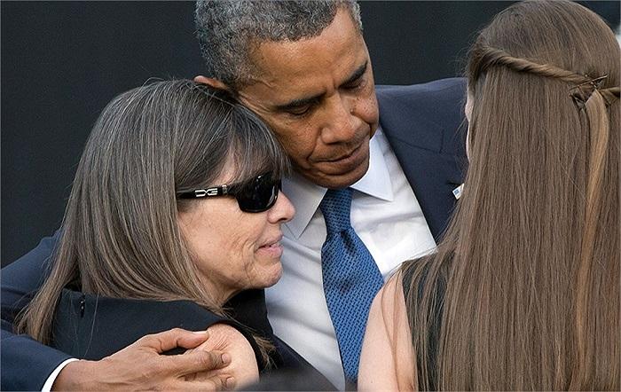 Tổng thống Obama an ủi thành viên gia đình của những nạn nhân xấu số trong lễ tưởng niệm nạn nhân vụ xả súng tại tòa nhà Hải quân Mỹ