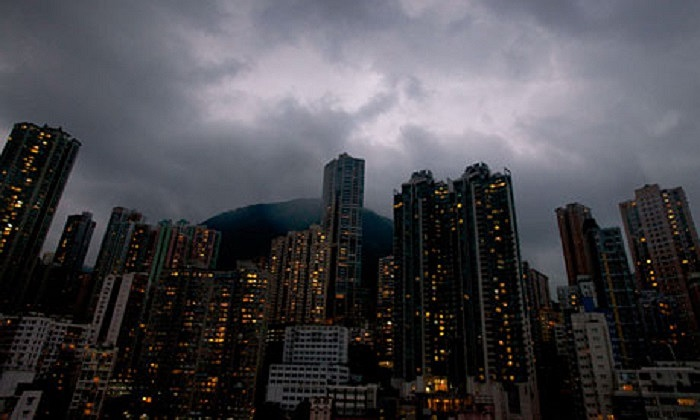 Mây đen bao phủ Hong Kong khi siêu bão Usagi cách thành phố này 77 dặm