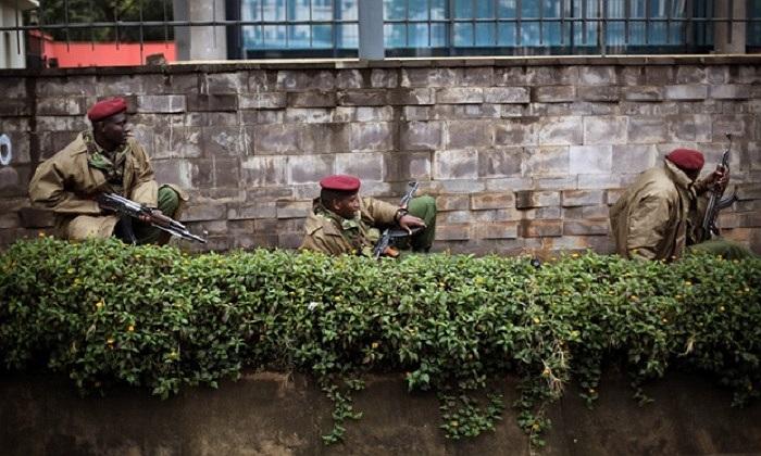 Lực lượng an ninh phía ngoài tòa nhà trung tâm mua sắm Westgate của Kenya sáng sớm nay