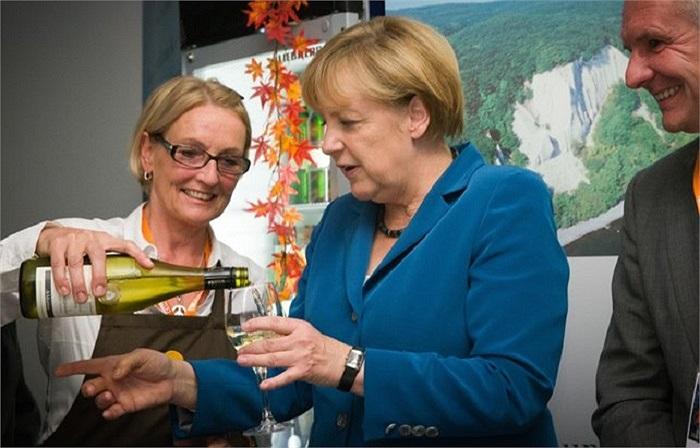 Thủ tướng Đức Angela Merkel đã cùng với những người ủng hộ ăn mừng thắng lợi