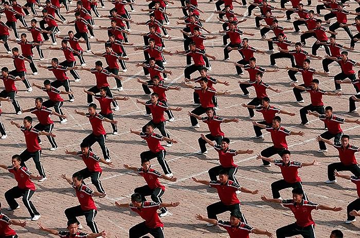 Những học viên tập võ gần chùa Thiếu Lâm ở Đăng Phong, Trung Quốc