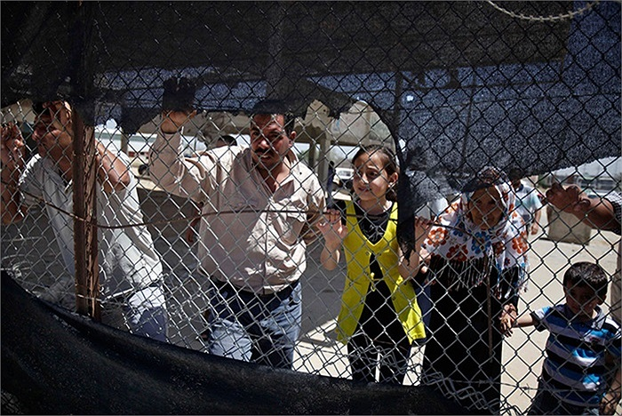Người Palestine đang chờ người thân của họ đi qua biên giới Rafah với Ai Cập
