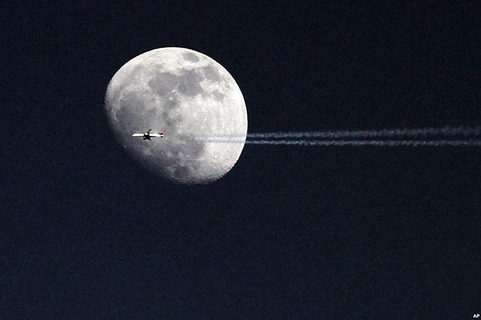 Chiếc máy bay bay qua mặt trăng ở Philadelphia, bang Pennsylvania, Mỹ