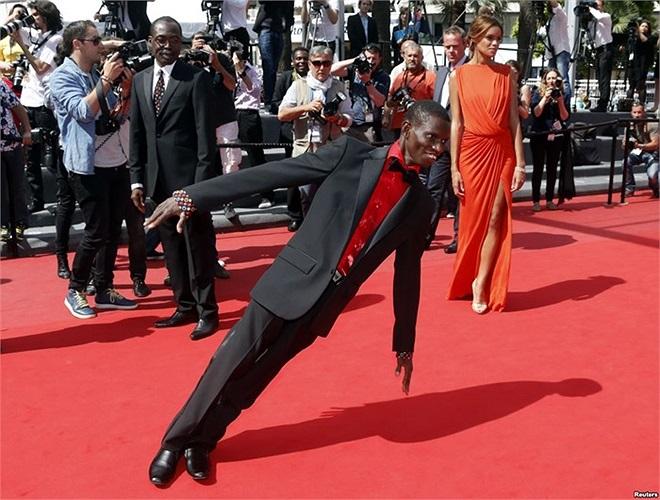 Diễn viên Souleymane Deme cùng đạo diễn Mahamat-Saleh Haroun và diễn viên Anais Monory trong liên hoan phim Cannes lần thứ 66 ở Cannes, France