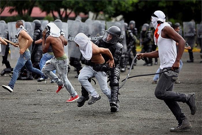 Nhiều thành viên quân đội tham gia chống bạo động ở Cali, Colombia
